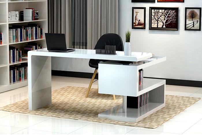 Không kê bàn làm việc giám đốc ở giữa phòng