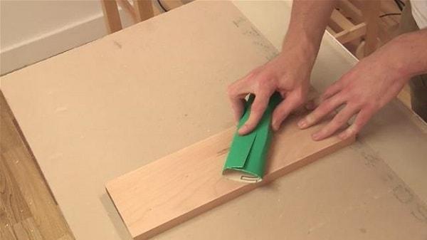 Công đoạn chà nhám và xử lý bề mặt gỗ