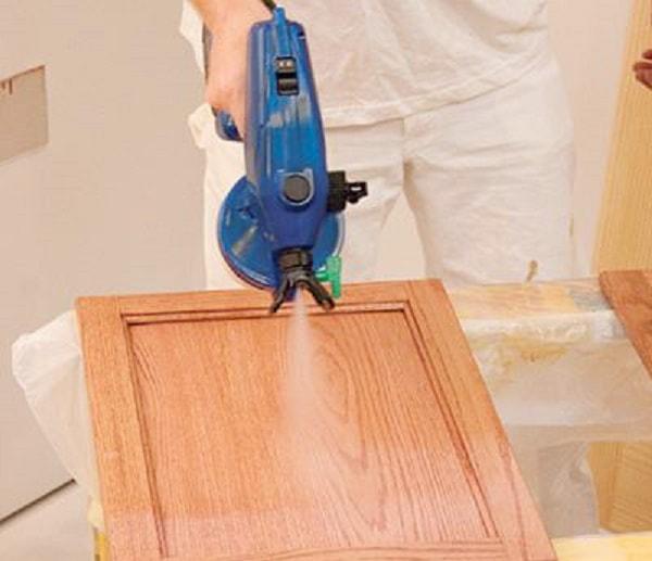 Công đoạn phun sơn màu lên gỗ